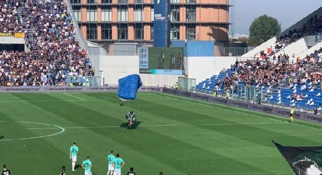 Incredibile al Mapei Stadium: paracadutista invade il campo durante Sassuolo-Inter [FOTO & VIDEO]