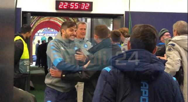 Edo De Laurentiis emozionante, al fischio finale si precipita dalla tribuna al campo: abbraccio a tutti gli azzurri! [VIDEO CN24]