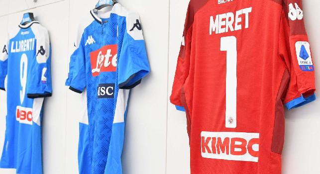 SSC Napoli su Twitter: Tutto pronto nel nostro spogliatoio, maglia azzurra contro il Genoa [FOTO]