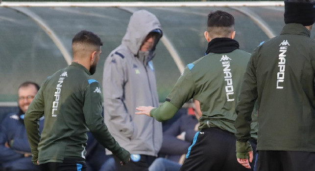 Ancelotti incappucciato e azzurri protetti dal freddo: le immagini della rifinitura del Napoli pre-Genk [FOTOGALLERY CN24]