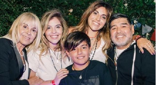 Maradona fa pace con l'ex moglie Claudia: tutta la famiglia riunita da Dalma e Giannina [FOTO]