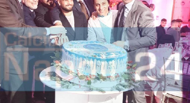 Cena SSC Napoli, è arrivato il momento del taglio della torta: la dirigenza azzurra in posa, c'è anche Insigne [FOTOGALLERY CN24]