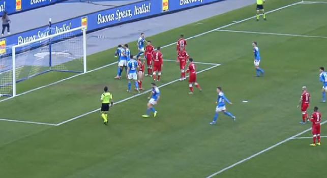 Ospina neutralizza il rigore di Iemmello, Manolas esulta in faccia all'arbitro [VIDEO]