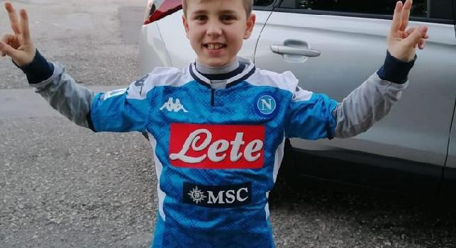 Il piccolo Mario a Castel Volturno, foto con Insigne e maglia autografata [FOTO]