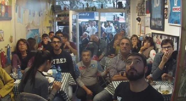 Il Napoli batte la Juve, è festa grande da Maria a Londra: si canta Un giorno all'improvviso! [VIDEO]