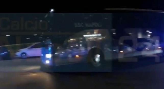 La SSC Napoli è arrivata a Milano: alcuni tifosi azzurri hanno accolto il bus all'esterno dello Sheraton [VIDEO CN24]