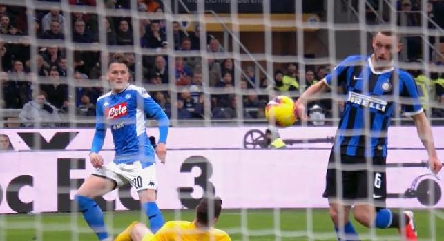 Inter-Napoli 0-0, tocco di mano di De Vrij in area ma per l'arbitro non c'è rigore