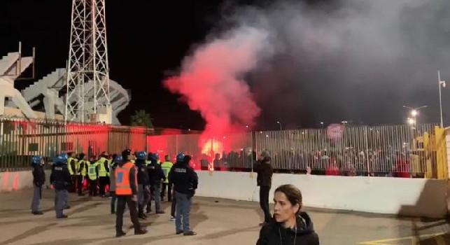 SKY - Crisi Cagliari, fuori lo stadio parte la contestazione dopo la sconfitta col Napoli [FOTO]