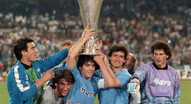 31 anni fa la Coppa UEFA, Maradona ricondivide il video del Napoli: Grazie a compagni di squadra e città! [VIDEO]