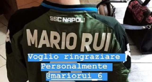 Gesto di solidarietà di Mario Rui: l'azzurro regala una sua maglia ad un ragazzino della Sanità [FOTO]