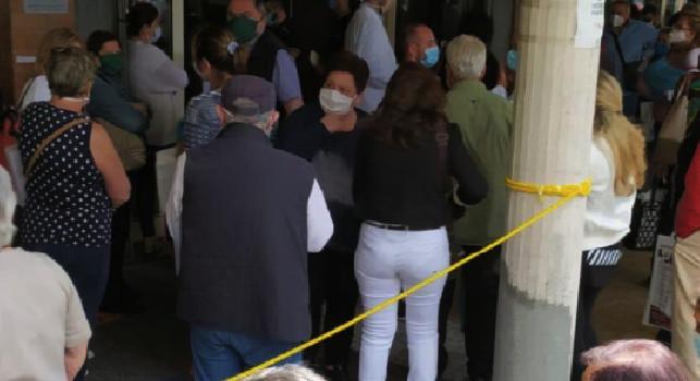 Assurdo al Pascale, centinaia di pazienti in fila per le visite di controllo senza rispetto del protocollo [FOTO]