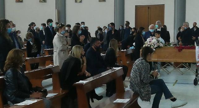 Funerale sorella Gattuso, il mister è crollato in un pianto a dirotto all'uscita del feretro dalla chiesa