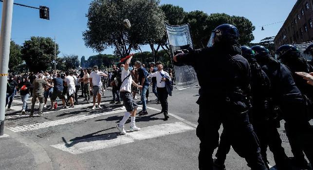 Roma, scontri nella manifestazione di ultrà e Forza Nuova! Arrestato un napoletano, un poliziotto: Vieni da Napoli a fare il c*****ne [VIDEO]