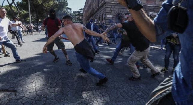 Manifestazione Ultrà a Roma, cariche e lanci di bottiglie contro i giornalisti al Circo Massimo: ecco quali tifoserie sono presenti, assenti gli ultras del Napoli