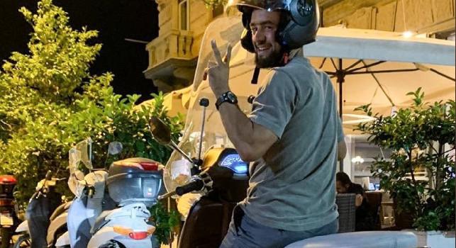 Younes sulla Vespa se la ride: Mamma mia! Non oso immaginare guidare a Napoli...