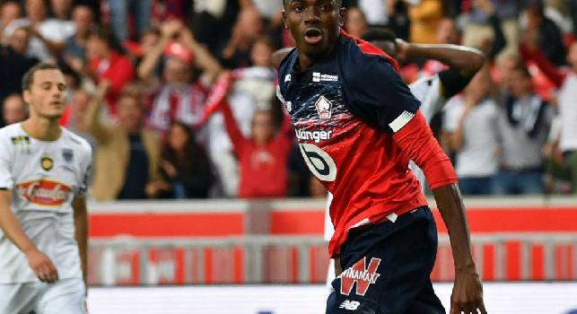 Osimhen è tornato in Francia, Repubblica: ha la maglia del Napoli virtualmente sulle spalle, contratto di 3mln per 5 anni