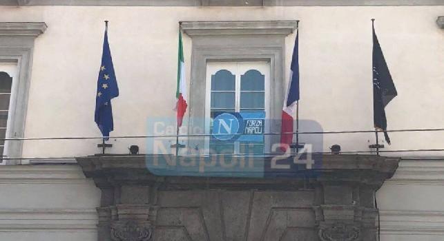 Palazzo Caracciolo aspetta il Napoli per il ritiro pre-Roma, spunta una bandiera azzurra all'entrata [FOTO CN24]