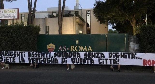 Roma, striscioni di contestazione a Trigoria: Siete la vergogna di questa città