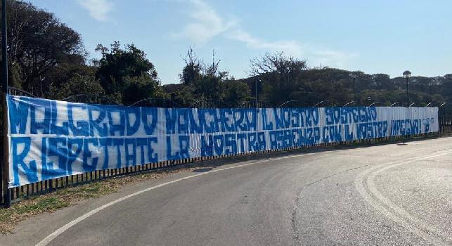 Malgrado mancherà il nostro sostegno...: striscione della Curva A a Castel Volturno per la ripresa del campionato [FOTO]