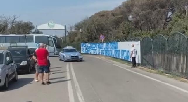 Il Napoli parte da Castel Volturno verso Parma, i tifosi chiedono ai calciatori di leggere lo striscione esposto [VIDEO]