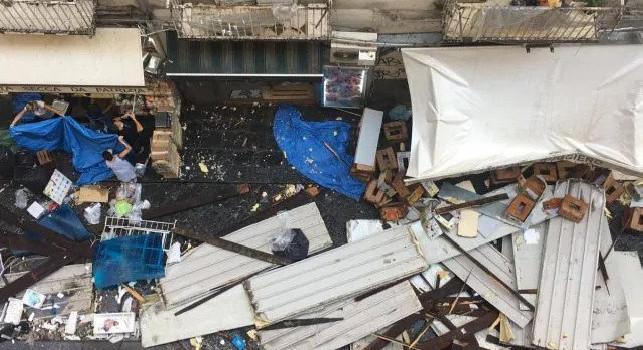 Napoli, tragedia sfiorata alla Pignasecca: crolla una tettoia a causa del nubifragio, ferita una ragazza [FOTO & VIDEO]