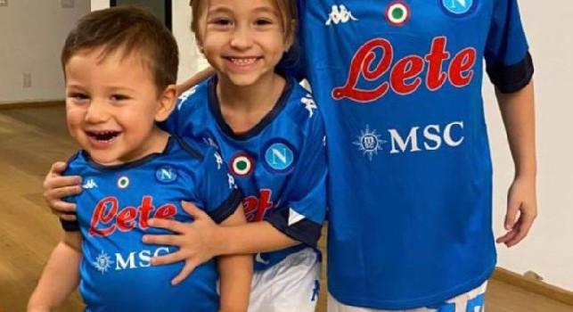Petagna, regalo all'amico Papu Gomez: tre maglie personalizzate del Napoli per i figli dell'argentino! [FOTO]