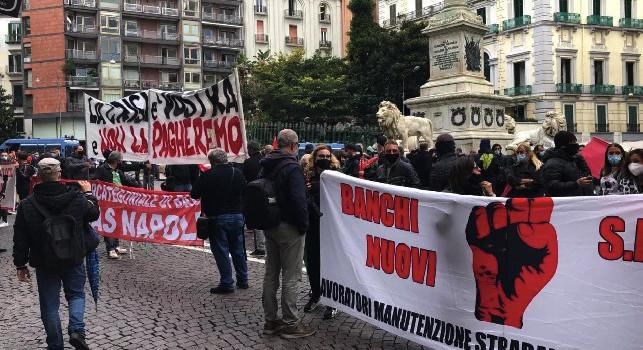 Napoli, nuove manifestazioni di protesta: lancio di uova contro la sede di Confindustria, manifestanti dispersi dalle forze dell'ordine [FOTO]