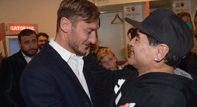 Totti saluta Maradona: Hai scritto la storia del calcio... Ciao Diego [FOTO]