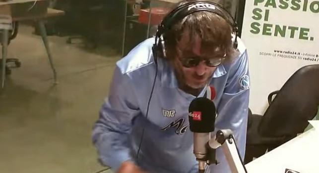 Cruciani va in onda con la 10 di Maradona: Lo adoravo come calciatore, non lo ridurrò mai ad un cocainomane! Sto dalla parte dei napoletani scesi per strada ad omaggiarlo
