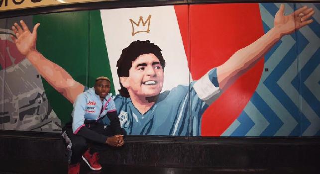 Osimhen omaggia Maradona, il nigeriano posa con il murales di Diego presso la stazione-museo della Cumana [FOTO]