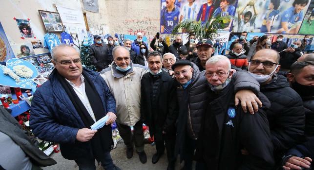 Gli ex Napoli al Murales Maradona: Bruscolotti e Giordano lasciano un poster ricordo 'Ciao Diego' [FOTO E VIDEO CN24]