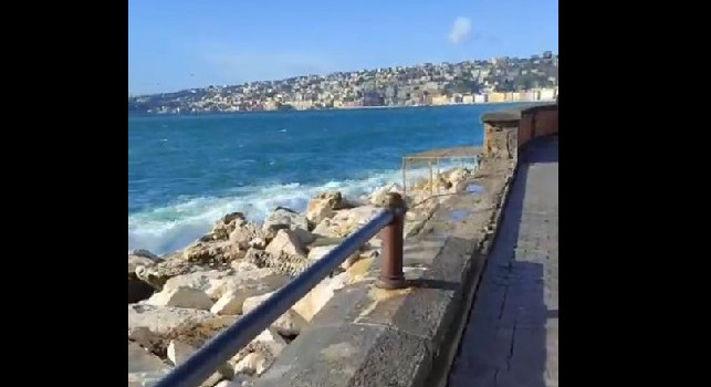 Lungomare di Napoli, danni tremendi dopo la mareggiata di ieri: spariti interi blocchi di cemento [VIDEO]