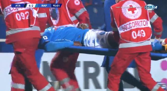 Atalanta-Napoli, Osimhen esce in barella. Azzurri preoccupati: l'attaccante ha perso i sensi e va subito in ospedale! [FOTO]