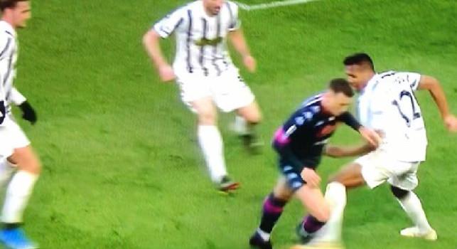 Tuttosport ammette: due errori clamorosi dell'arbitro Mariani, Zielinski salta Alex Sandro che cerca la palla ma trova la gamba