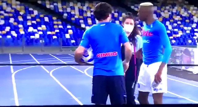 Sky - Bel gesto di Osimhen: a fine partita regala la maglia ad una giovane raccattapalle [VIDEO]