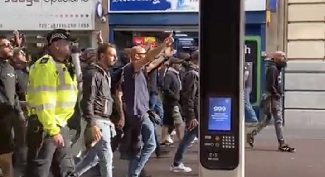 Leicester-Napoli, gli ultras partenopei invadono il centro di Leicester! [VIDEO]
