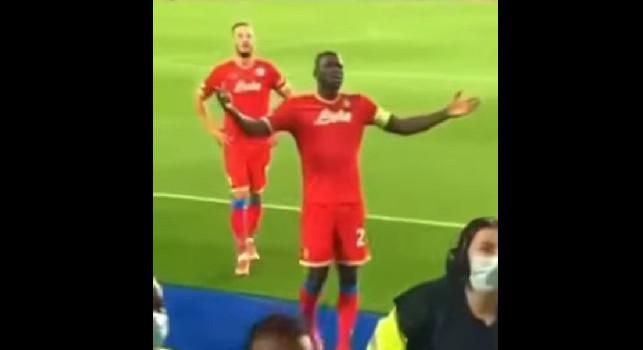 Leicester-Napoli, rissa sugli spalti: la reazione incredula di Koulibaly [VIDEO]