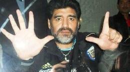 FOTO - Tracollo Brasile, spunta uno sfottò di Maradona: l'immagine fa il giro del mondo ma è d'archivio